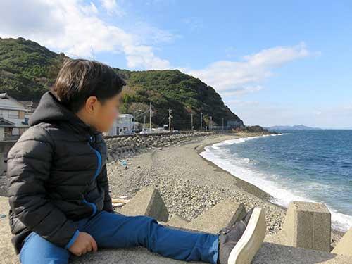 きたなだ海の駅から見る息子と海