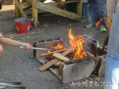 朝霞の森秋まつりマシュマロを焼く火