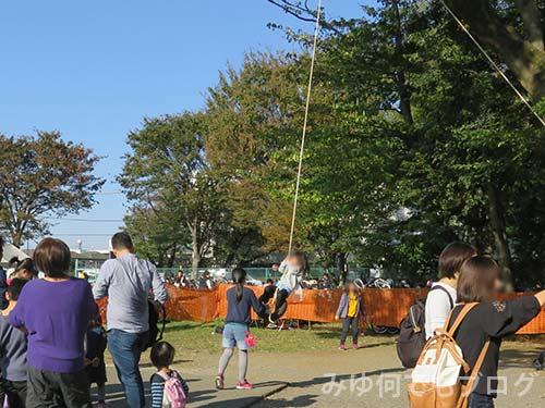 朝霞の森秋まつり吊り輪遊び